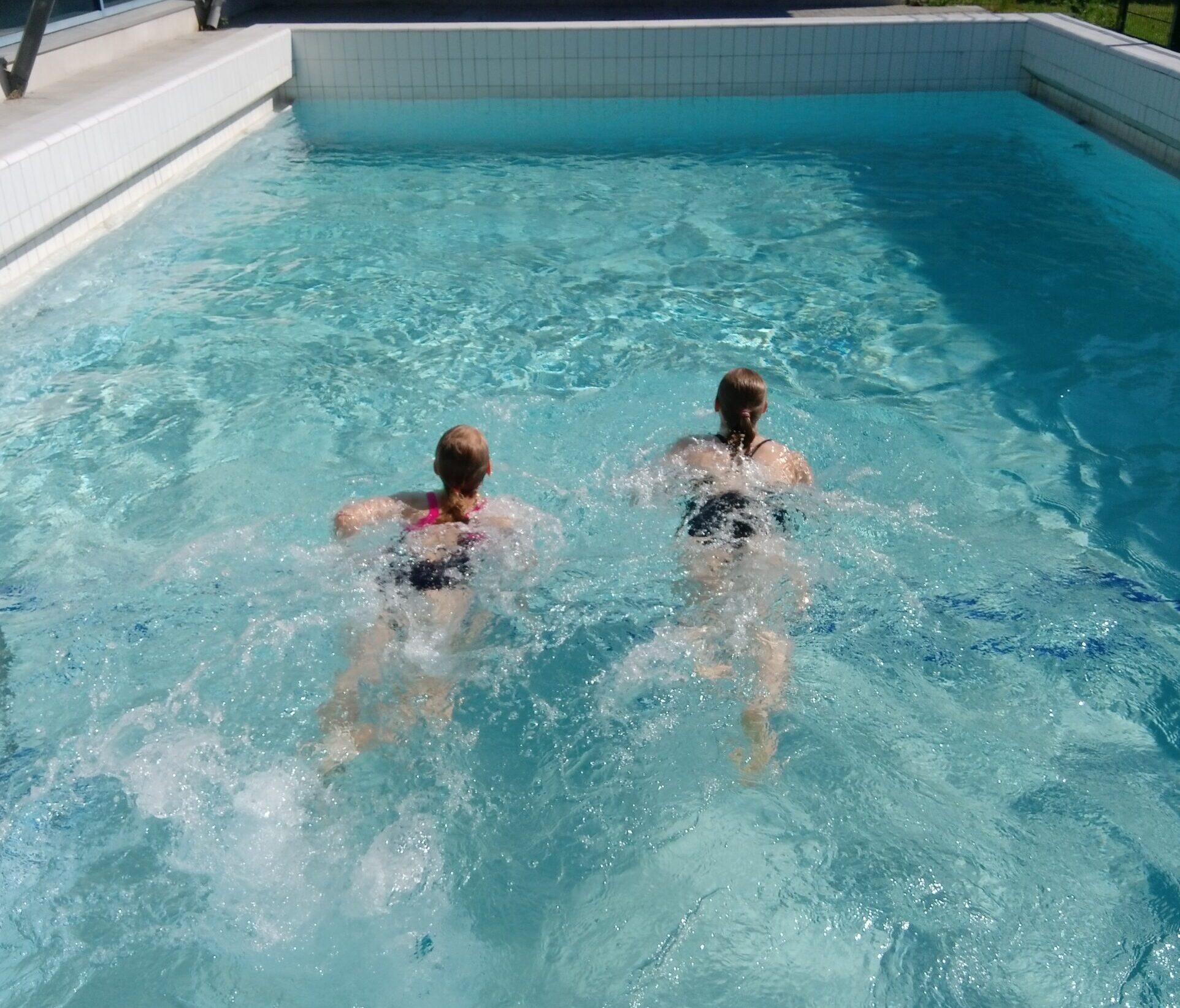 kaksi uimaria ulkoaltaassa