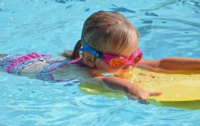 pieni tyttö uima-altaassa